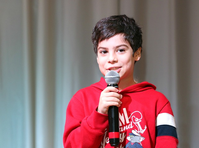 kluk s mikrofonem