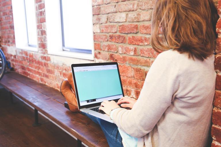 notebook na klíně.jpg