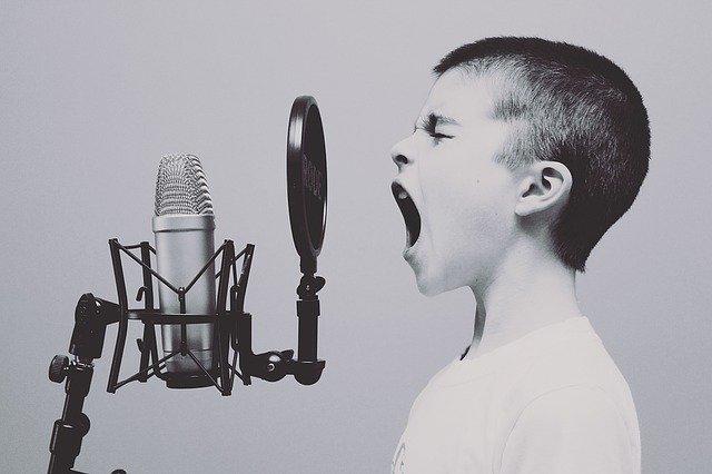 křičící chlapec